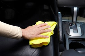 hand-cleaning-car-151017242b